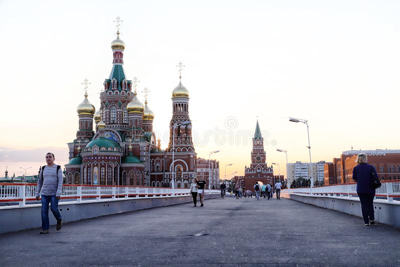 Ansicht der Brücke, die zum Stadtplatz in der Yoshkar-Olastadt in Russland geht stockbild