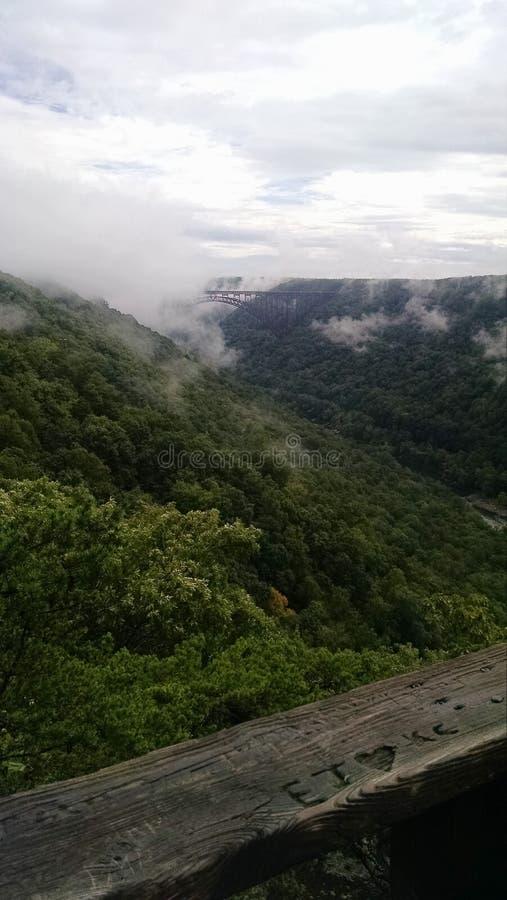 Ansicht der Brücke umfasst in den Wolken entlang dem neuen Fluss in West Virginia stockfotografie
