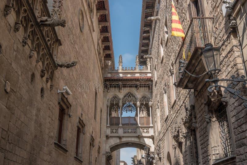 Ansicht der Brücke zwischen Gebäuden in Barri Gotic-Viertel von Barcelona, Spanien stockbild