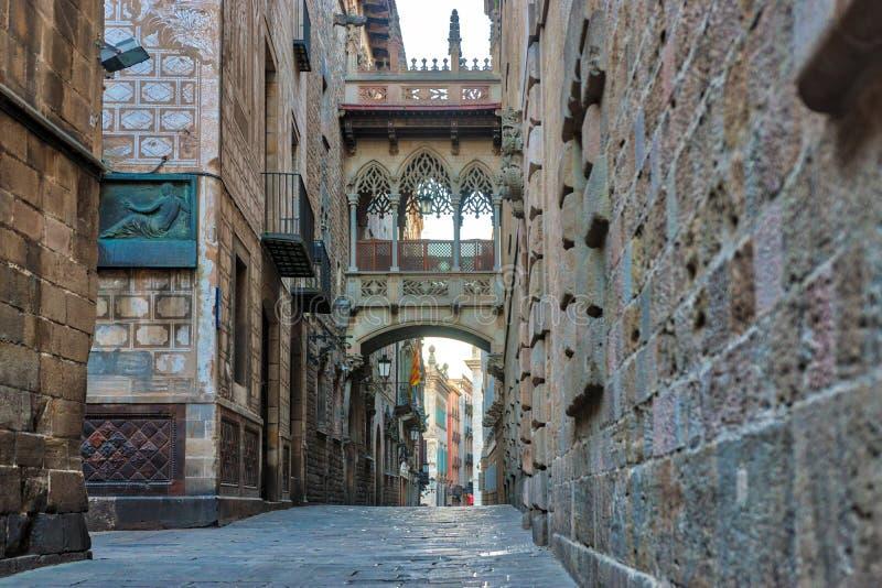 Ansicht der Br?cke zwischen Geb?uden in Barri Gotic-Viertel von Barcelona, Spanien lizenzfreie stockfotos