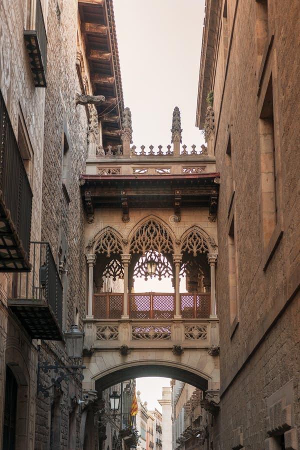 Ansicht der Br?cke zwischen Geb?uden in Barri Gotic-Viertel von Barcelona, Spanien stockfotografie