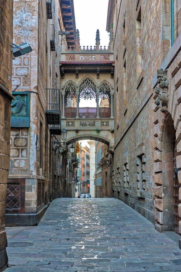 Ansicht der Br?cke zwischen Geb?uden in Barri Gotic-Viertel von Barcelona, Spanien stockbild