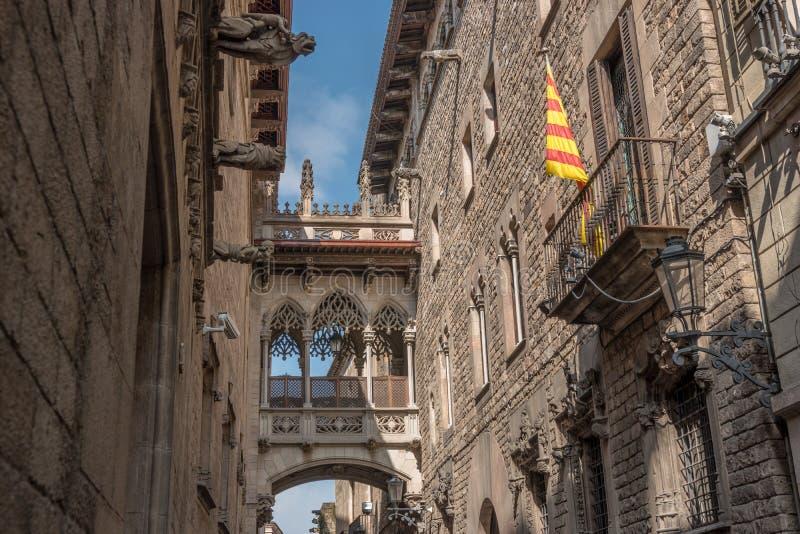 Ansicht der Br?cke zwischen Geb?uden in Barri Gotic-Viertel von Barcelona, Spanien lizenzfreie stockbilder