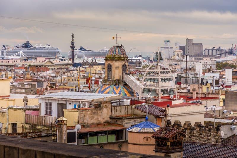 Ansicht der bunten Dächer von Barri Gotic von der Kathedralenterrasse Haube von Glocken Der Hafen im Hintergrund lizenzfreie stockbilder