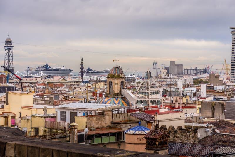 Ansicht der bunten Dächer von Barri Gotic von der Kathedralenterrasse Haube von Glocken Der Hafen im Hintergrund Barcelona stockfoto