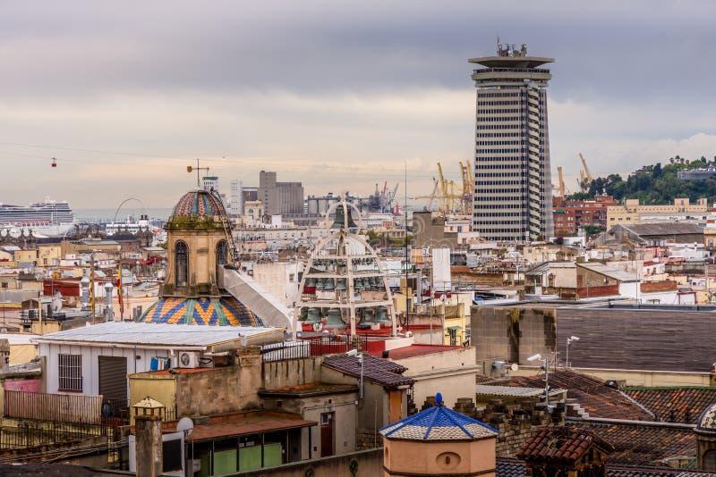 Ansicht der Dächer von Barri Gotic von der Kathedralenterrasse Der Hafen im Hintergrund stockbild