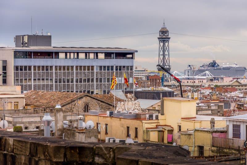 Ansicht der Dächer von Barri Gotic von der Kathedralenterrasse Spanische Flaggen im Vordergrund Barcelona stockfoto