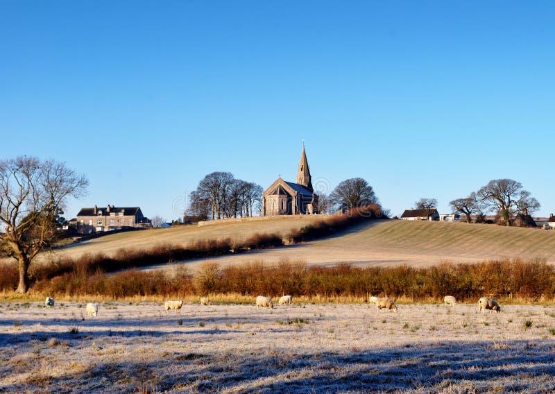 Dreifaltigkeit-Kirche Bardsea in einem eisigen Morgen stockfotografie