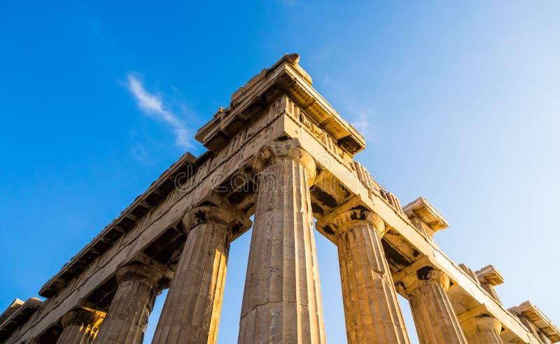 Ansicht der Ecke des Parthenons und seiner Spalten auf Akropolise, Athen, Griechenland gegen blauen Himmel stockbild
