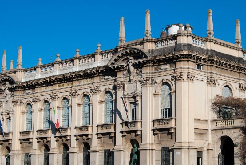 Ansicht der Ecke und der Fassade des polytechnischen Gebäudes lizenzfreies stockfoto
