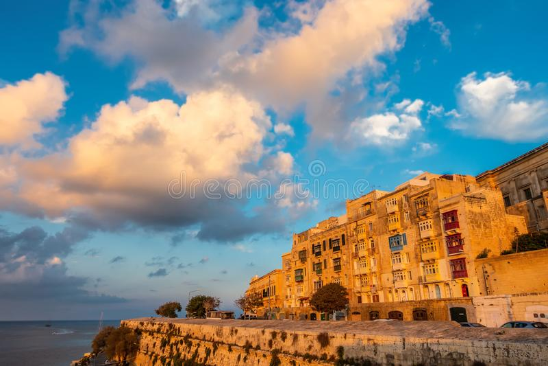Ansicht der europäischen Stadt Valletta mit Seeseite und des blauen Himmels mit Wolken im Sonnenuntergang, Malta lizenzfreies stockbild