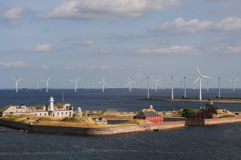 Ansicht der Festung und der Windkraftanlagen Trekron in der Kopenhagen-Bucht, Dänemark lizenzfreies stockbild