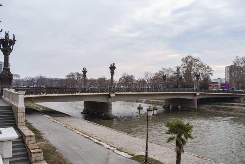 Ansicht der Freiheits-Brücke Vardar-Fluss kreuzend lizenzfreies stockfoto