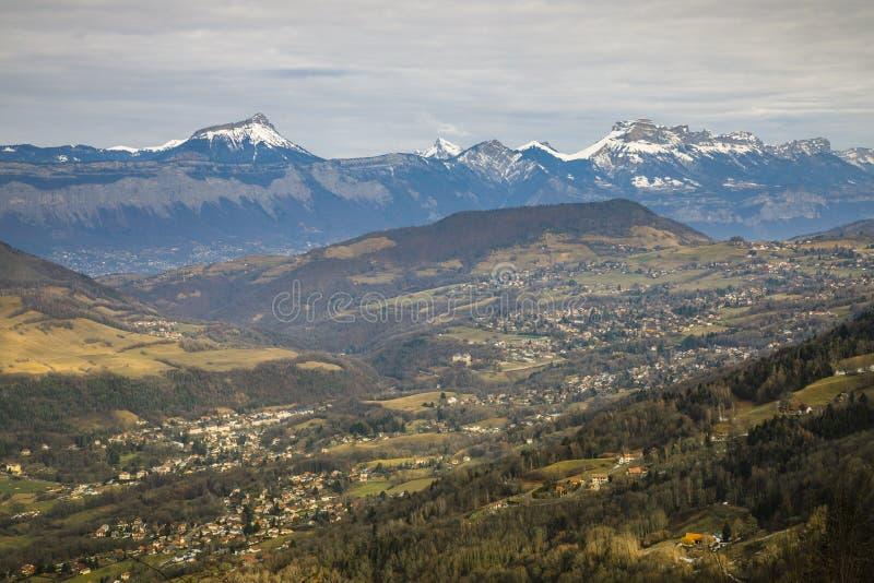 Ansicht der ganzen Chartreuse Gebirgsstrecke von den Belledonne-moutains, Isere, Frankreich lizenzfreies stockbild