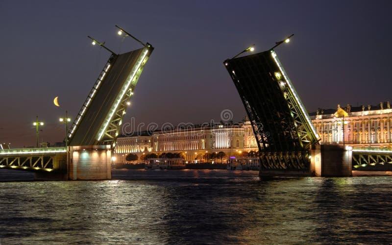 Ansicht der geöffneten Palast-Brücke stockfotos