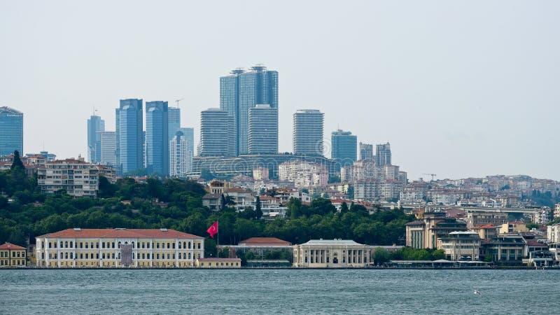 Ansicht der Gebäude, die oben vom Bosphorus nahe dem Palast und dem Museum Dolmabahce in Istanbul steigen lizenzfreie stockfotos