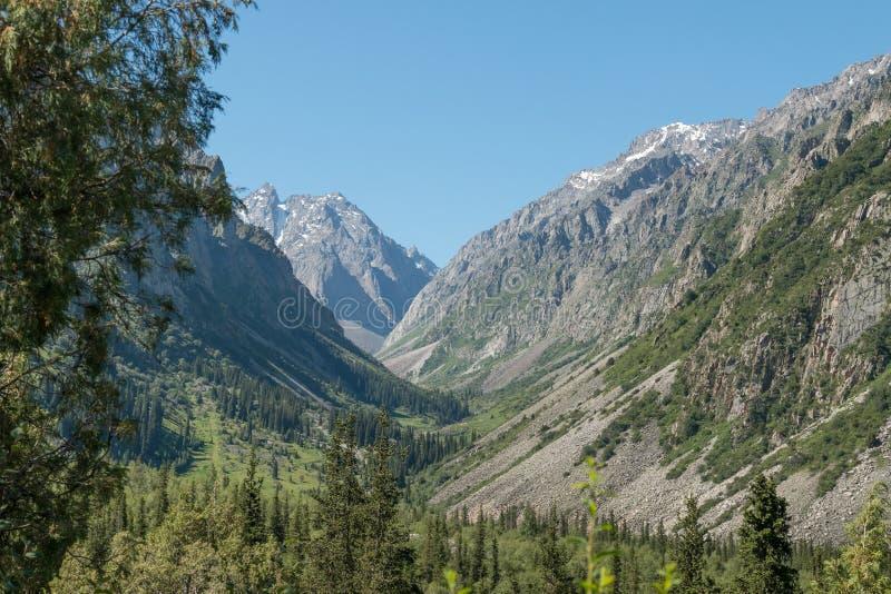 Ansicht der Gebirgslandschaft und der Landschaft in Nationalpark Ala Archa, ein populärer wandernder Bestimmungsort nahe Bischkek stockbilder