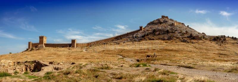 Ansicht der Genoese Festung in Sudak in Krim Genoese fortres lizenzfreie stockfotografie