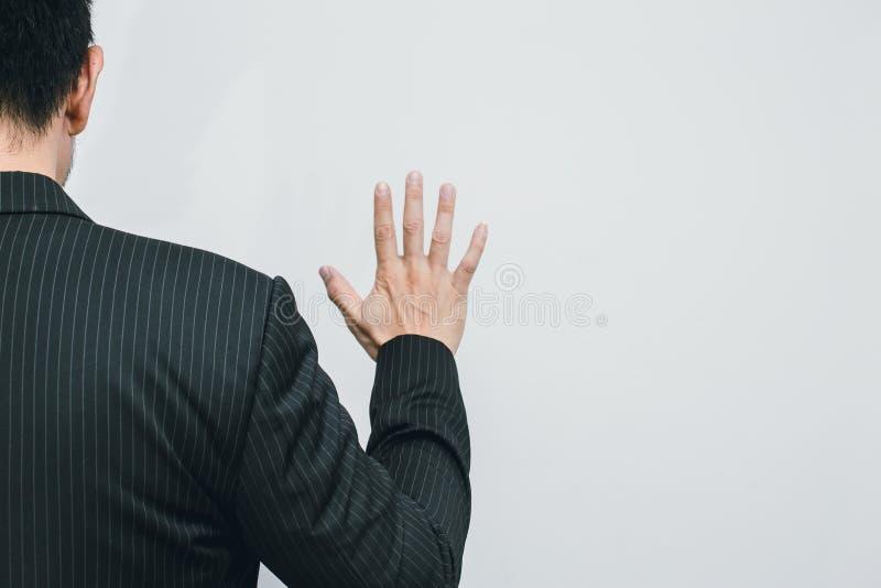 Ansicht der Geschäftsmann-Handshow-Zahl 5 von der Rückseite stockbild