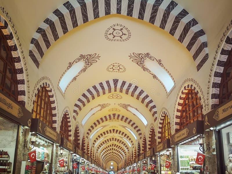 Ansicht der gewölbten Decke des ägyptischen Basars in Istanbul in der Perspektive stockfotografie
