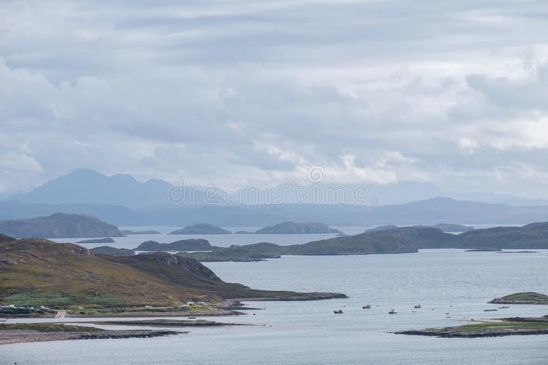 Ansicht der in großem Maße unbewohnten schottischen Inseln bekannt als die Sommer-Inseln genommen vom Festland, nördlich Polbain stockbild