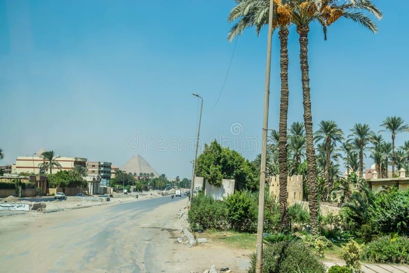 Ansicht der großen Pyramide von Cheops von den Straßen von Kairo lizenzfreies stockfoto