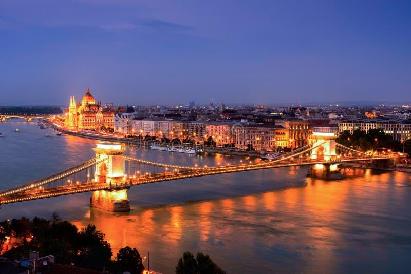 Ansicht der Hängebrücke und des Parlaments in Budapest an der Dämmerung, Ungarn stockfoto