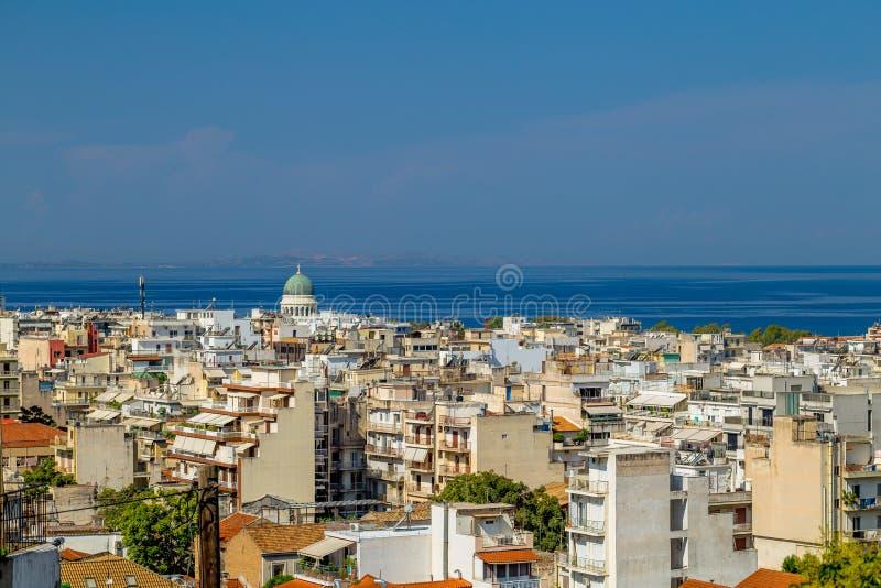 Ansicht der Häuser in der griechischen Stadt von Patras und im Turm der Kathedralen-Kirche von St Andrew lizenzfreie stockfotos