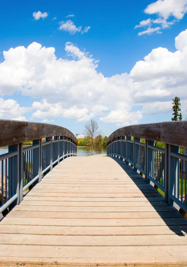 Ansicht der hölzernen Brücke lizenzfreie stockbilder