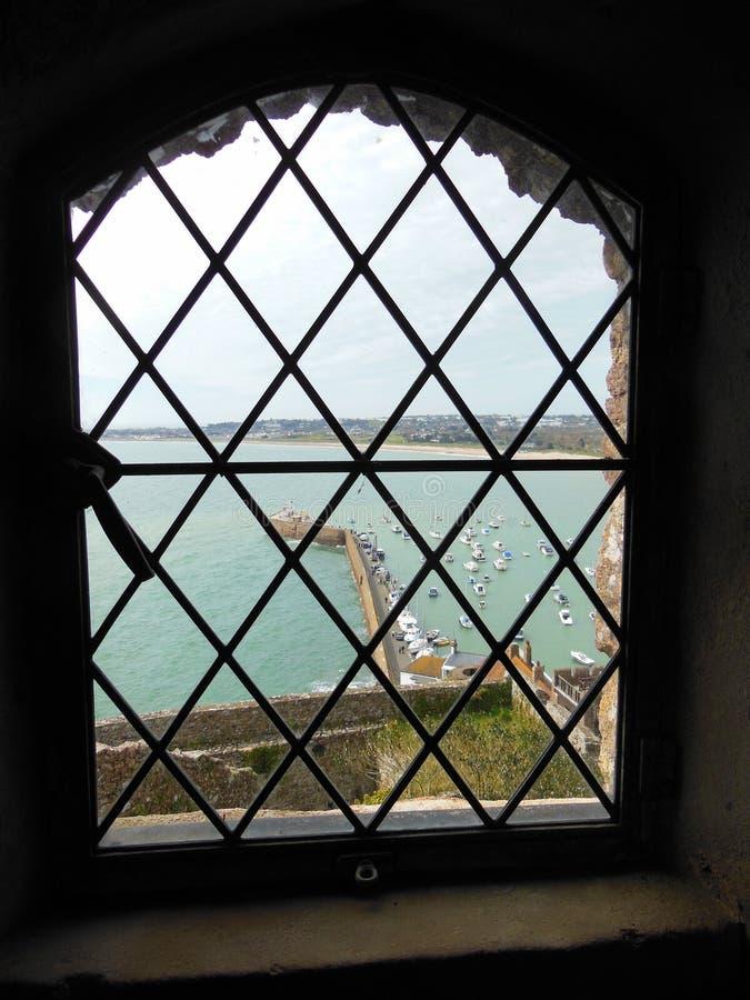 Ansicht der Hafenanlegestelle durch Fenster lizenzfreie stockbilder