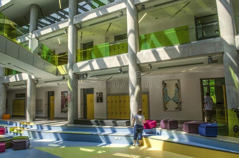 Ansicht der Halle mit Malereien auf den Wänden, gemalt von den Studenten und durch das Tageslicht belichtet, das von der Decke am lizenzfreie stockfotografie
