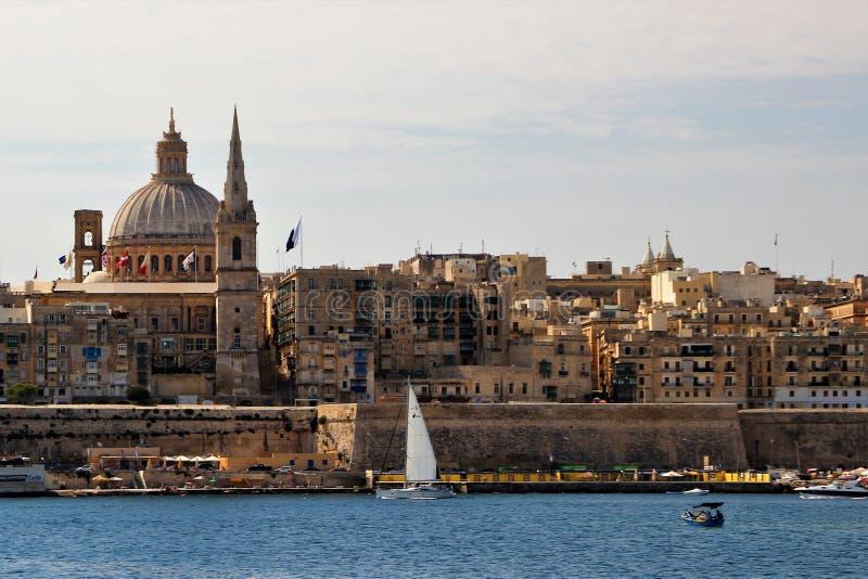 Ansicht der Hauptstadt von Malta, Valletta von der Seite der Seebucht stockfotografie