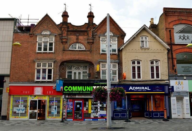 Ansicht der Hautpstraße in Slough, mit historischen Gebäuden, commerci lizenzfreies stockbild