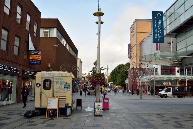 Ansicht der Hautpstraße in Slough, mit historischen Gebäuden, commerci stockfotos