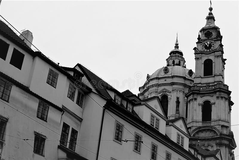 Ansicht der historischen Kathedrale in Prag von der Seite der Stadtstraße lizenzfreie stockfotos
