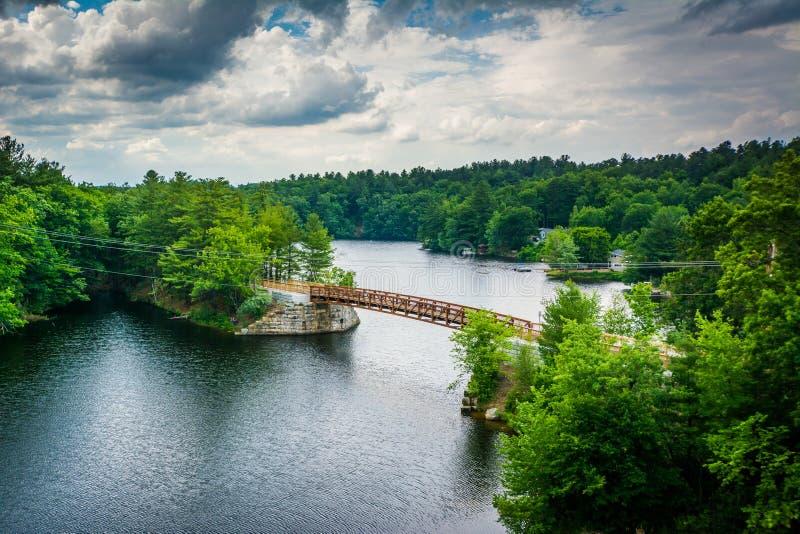 Ansicht der Holzbrücke über dem Piscataquog-Fluss, vom Pinar lizenzfreie stockfotografie