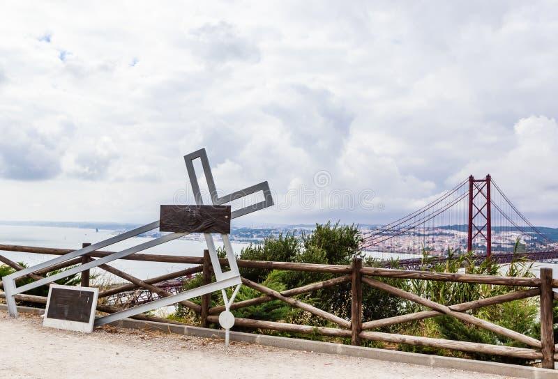 Ansicht der Installation mit einem gefallenen Metallkreuz nahe Christus die Königstatue in Lissabon, Portugal stockbild