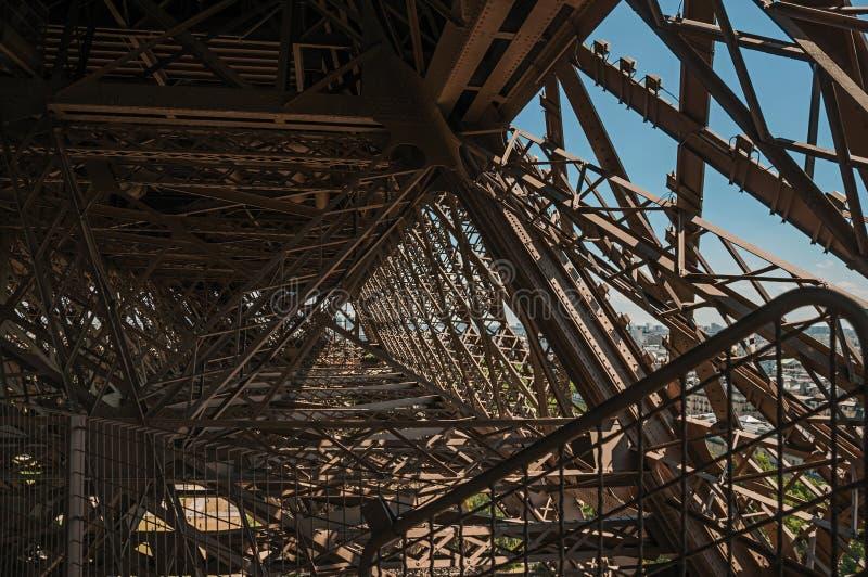 Ansicht der internen Eisenstruktur des Eiffelturms, mit sonnigem blauem Himmel in Paris lizenzfreie stockbilder