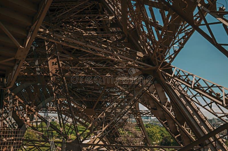 Ansicht der internen Eisenstruktur des Eiffelturms, mit sonnigem blauem Himmel in Paris stockfotografie