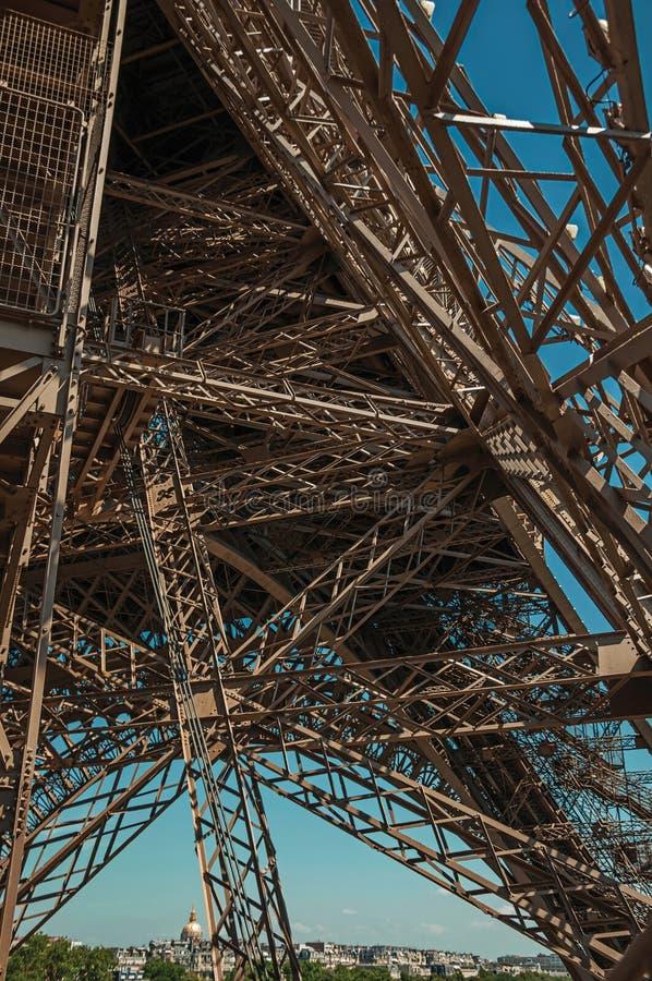 Ansicht der internen Eisenstruktur des Eiffelturms, mit sonnigem blauem Himmel in Paris stockbilder