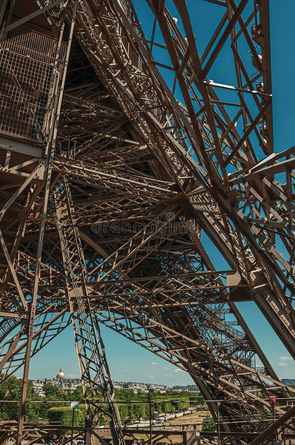 Ansicht der internen Eisenstruktur des Eiffelturms, mit sonnigem blauem Himmel in Paris lizenzfreies stockbild