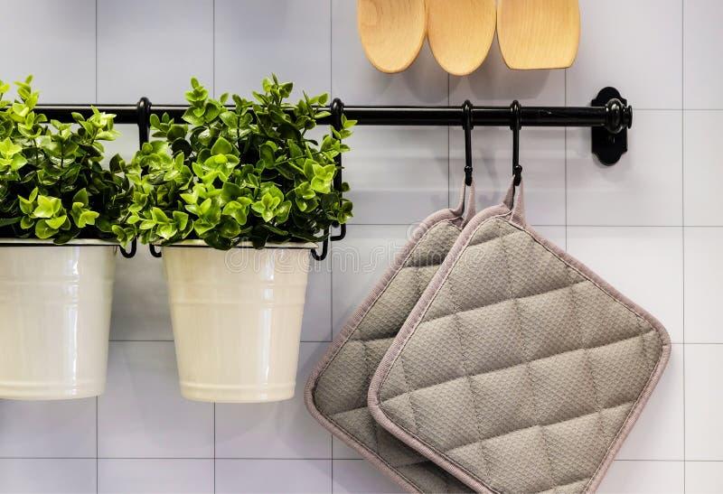 Ansicht der Küchenarbeitsplatte mit einem Schneidebrett, an die Wand einiges nützliches, Eimer und Eimer und Abstreicheisen hänge lizenzfreie stockfotos