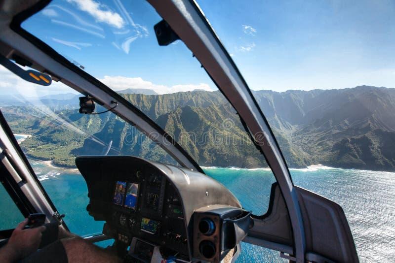Ansicht der Küste Na Pali vom Hubschrauber-Cockpit stockbild