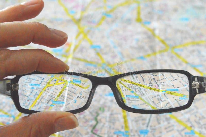 Ansicht der Karte durch Gläser lizenzfreies stockfoto