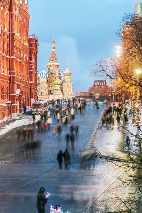 Ansicht der Kathedrale des Basilikums des Roten Platzes und St. auf einem Wintervorabend lizenzfreies stockbild