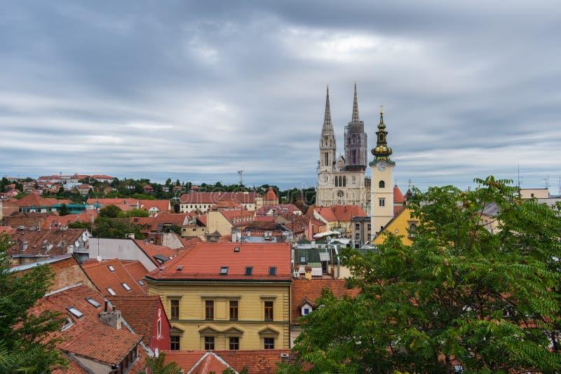 Ansicht der Kathedrale und der Kirchtürme über den Dachspitzen in Zagreb, Kroatien lizenzfreie stockfotos