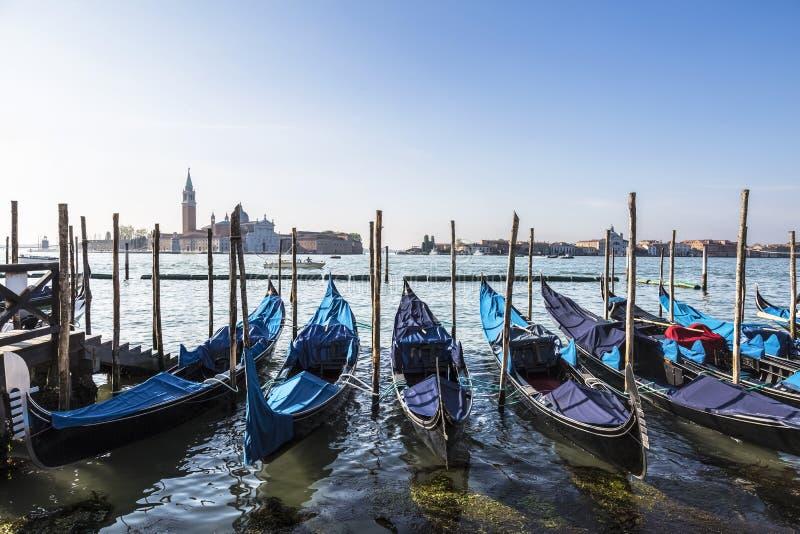Ansicht der Kathedrale von San Giorgio Maggiore, die venetianische Lagune und Gondeln von San Marco Square, Venedig stockfoto