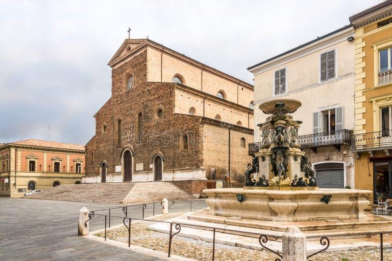 Ansicht in der Kathedrale von St Peter der Apostel und der Brunnen am Freiheitsplatz in Faenza - Italien lizenzfreie stockbilder