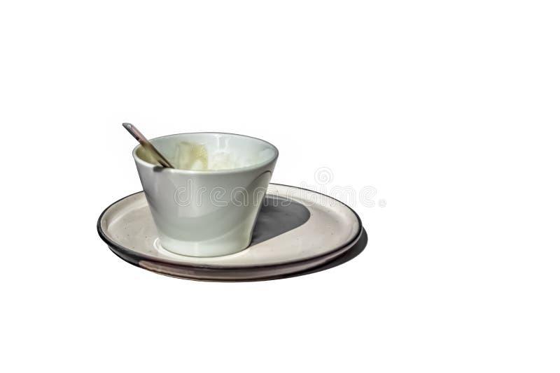 Ansicht der keramischen Kaffeetasse und untertasse auf weißem Hintergrund lizenzfreie stockfotografie