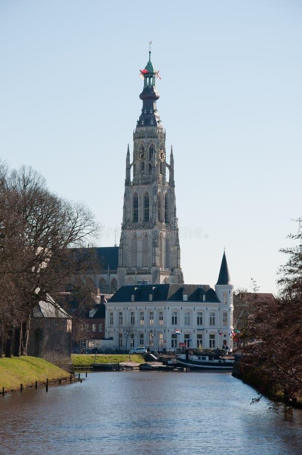 Ansicht an der Kirche unserer Dame (Breda, die Niederlande lizenzfreie stockfotografie